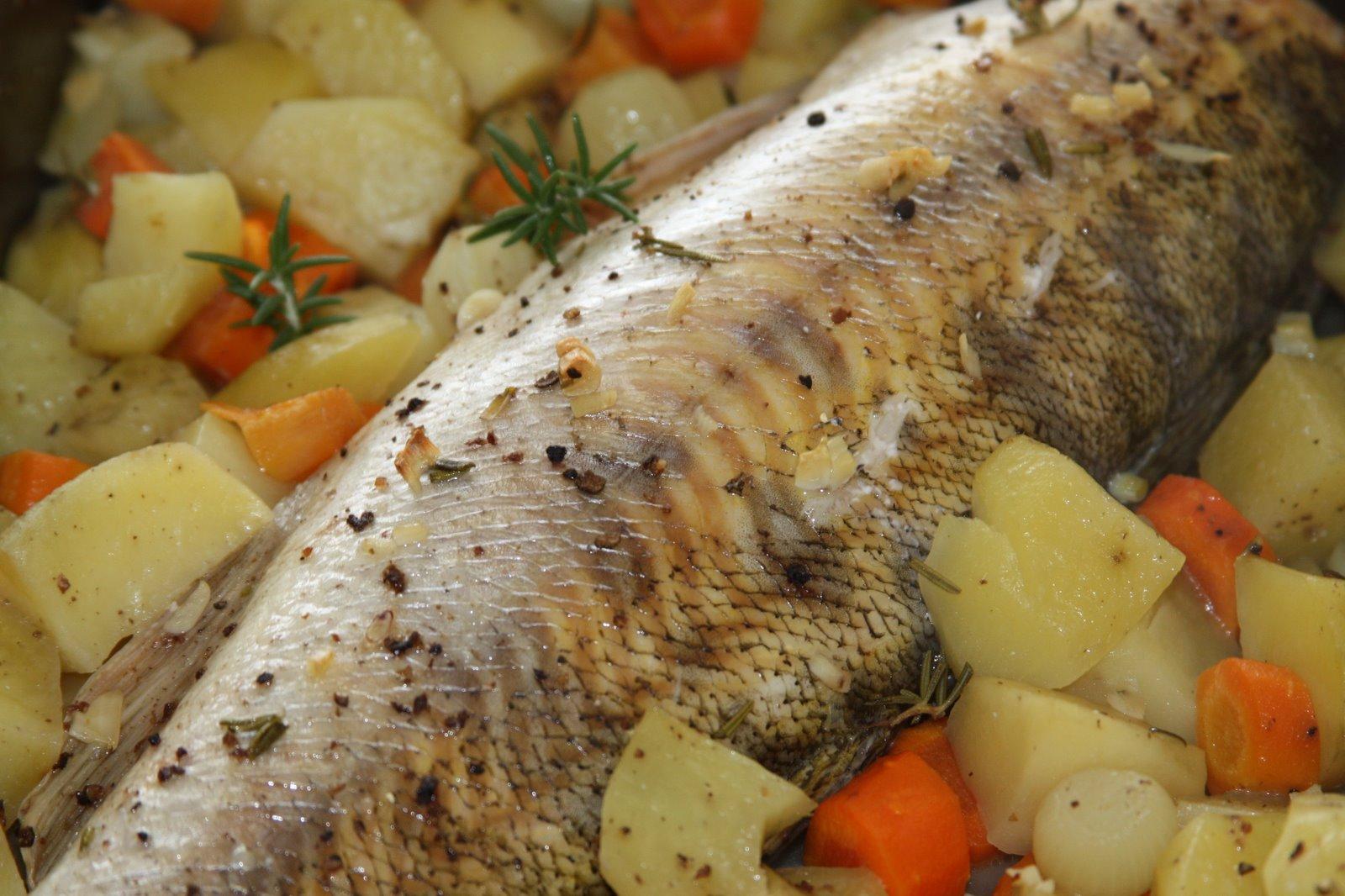 žuvis su daržovėmis folijoje