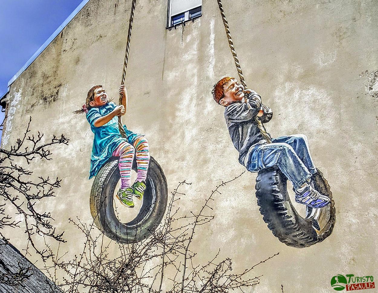 Kaunas graffiti Vaikai ant padangų